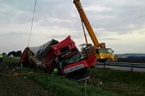 Odstraňování následků dopravní nehody dvou kamionů na D2 ve směru na Brno.