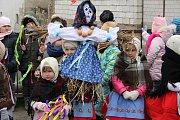 Vynášení smrtky a vítání jara v Lanžhotě. Některé děti vyšly do průvodu v krojích.