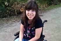 Velkopavlovické gymnázium uspořádalo sbírku na chodítko pro devatenáctiletou studentku Eriku Lískovcovou z Podivína. Dívce, která je upoutaná na invalidní vozík, má umožnit samostatnější pohyb.
