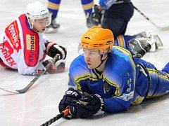 Hokejisté Poruby (v bílém) v Břeclavi vyučovali hokej. Domácí jim nestíhali.