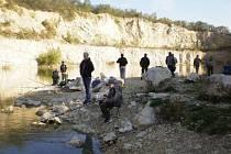 Na příznivém stavu kvality vody v mikulovském lomu mají podle orchránců zásluhu i tamní rybáři. Pro kohokoli jiného je tam rybolov zakázaný.