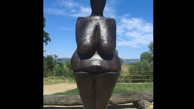 Originál pravěké sošky Věstonické venuše má v Dolních Věstonicích dvoumetrovou kopii. Z polystyrenu a laminátu.