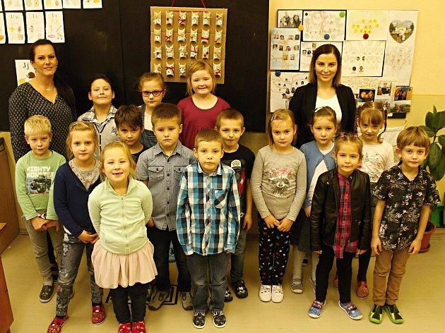 Žáci 1.B Základní školy vDrnholci střídní učitelkou Martinou Bejdákovou (vlevo) a asistentkou Terezou Kovářovou.