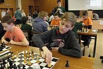 """Krajské kolo přeboru škol v šachu se konalo v Břeclavi. Gymnazisté z Tišnova získali nepopulární """"bramborovou"""" medaili."""