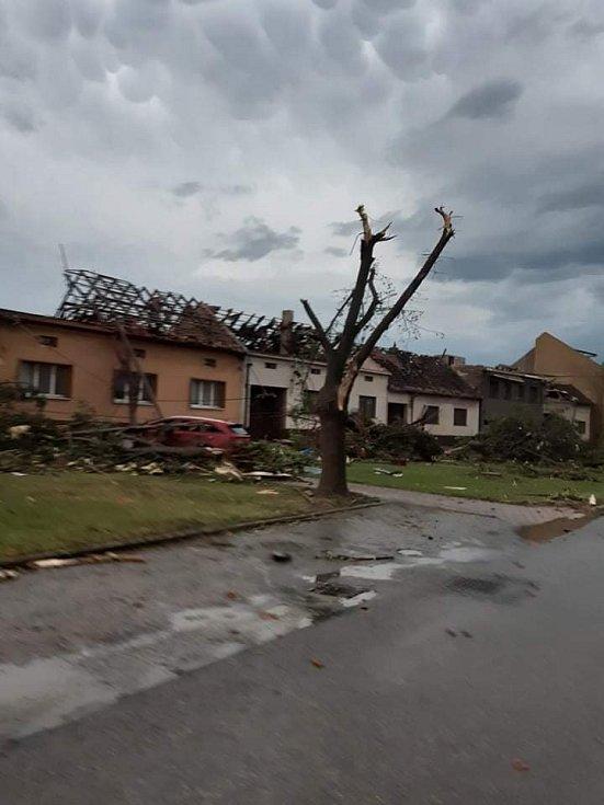 Odnesené střechy v Moravské Nové Vsi.