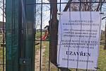 Zavřený areál rakvického parku na Břeclavsku.