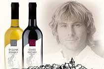 Etikety s Pavlem Nedvědem zdobí lahve vína z bořetického rodinného vinařství Jedlička a Novák. Prodávat se budou na internetu, víkendové fotbalové benefici v Hodoníně i v italském Turíně.