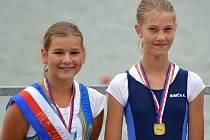 Břeclavská veslařka Magdaléna Novotná (vlevo) se svou parťačkou z dvojskifu na stupních vítězů.