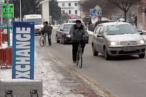 Cyklisté v Břeclavi se sednout na kolo nebojí, přestože na mnohých cyklostezkách leží vrstva sněhu.