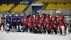 Několik stovek lidí netradičně ve středu před polednem navštívilo břeclavskou Ice Bors Arenu. Uskutečnil se tam jubilejní 25. ročník sledovaného hokejového souboje tamějších maturantů gymnázia proti jejich vyučujícím.