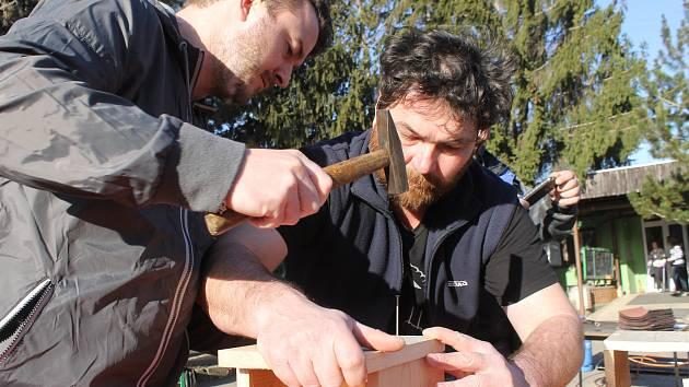 Celé rodiny se zapojily do výroby ptačích budek v Centru volného času Pavučina v Hustopečích.