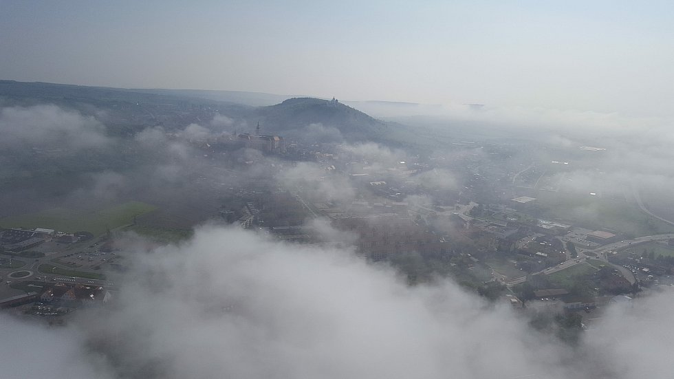 Letecký pohled na Mikulov pod mlhou.