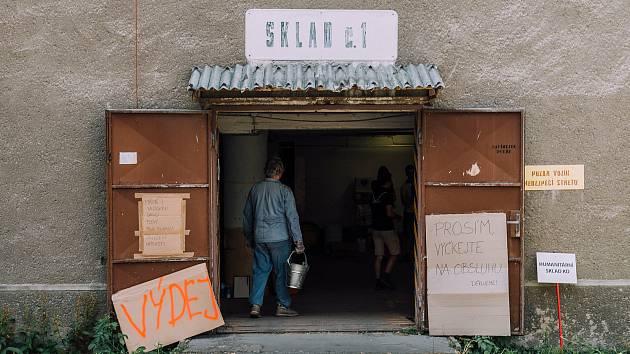 Sklady materiální pomoci pro tornádem poničené obce na jižní Moravě praskají ve švech. Hlavně ty v Hodoníně a Břeclavi.