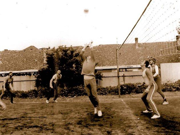 Dnes se v Mikulově hraje v moderní sportovní hale. Začátky se odehrávaly na hřišti s hliněným povrchem.