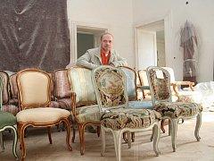 Kastelánovi valtického zámku Michalu Tlustákovi se už podařilo do Valtic vrátit několik desítek židlí z původního zařízení zámku.