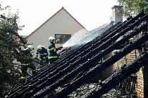 Celkem čtyři vodní proudy nasadili hasiči při pátečním hašení požáru stodoly v Nádražní ulici v Kloboukách u Brna. Dostali ho pod kontrolu asi za půl hodiny.