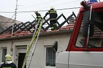 Při požáru ve Starovičkách shořela celá střecha i garáž domu. Několik hasičských vozů se muselo při zásahu vtěsnat v řadě za sebou do úzké uličky. K akci vyjelo téměř deset jednotek.