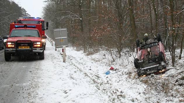 Auto převrácené mezi Břeclaví a Valticemi našli hasiči bez řidiče.
