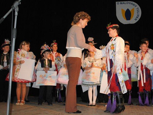 Petr Huňař, který zvítězil vnejstarší věkové kategorii, přebírá diplom od porotkyně Evy Barákové.