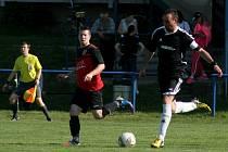 Fotbalisté Podivína (v černé) doplatili na nevyužití šancí. Nakonec v derby s Hohovcem prohráli.