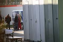 Demontáž tábora pro uprchlíky v břeclavské Poštorné začala v pondělí. Správa uprchlických zařízení už si odvezla stavební buňky. Ve středu a ve čtvrtek sbalí hasiči stany.