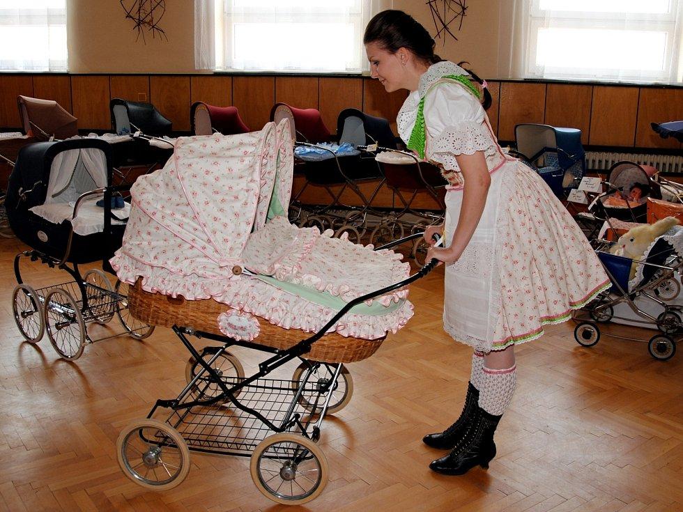 Výstava starých kočárků z doby první republiky i socialismu v sále Obecního úřadu v Horních Věstonicích.