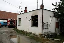 Ve středu Hrušek hořel dřevěný likusák.