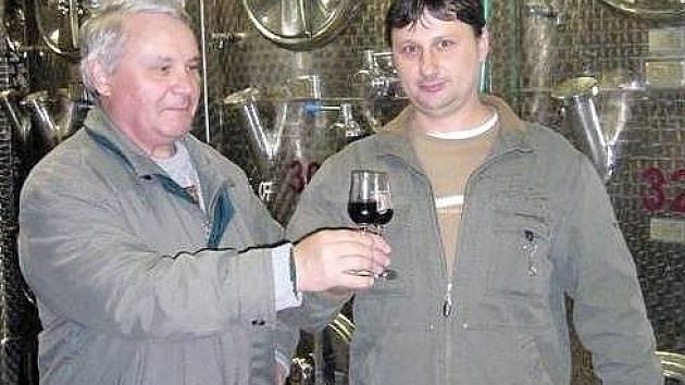 Vinař Milan Pavelka z Milovic se svým otcem Janem.