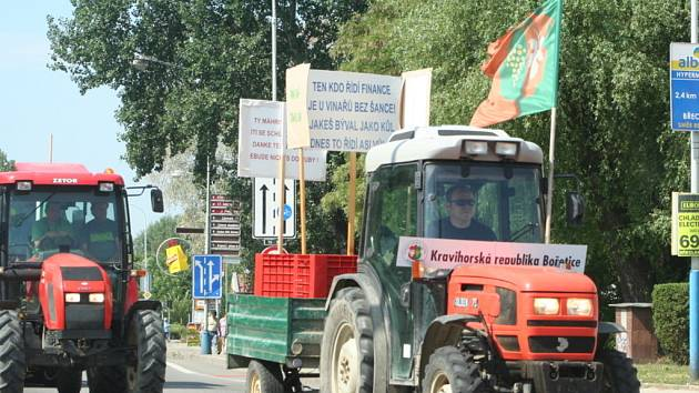 V Břeclavi se tvořily za traktory kolony aut.