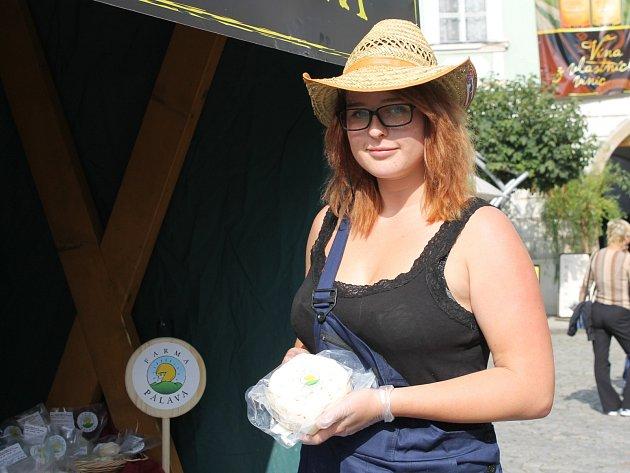 Tereza Vicanová ukazuje produkty z Farmy Pálava.