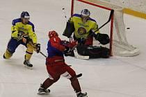 V závěrečném střetnutí základní části porazili hokejisté Frýdku-Místku (modročervené dresy) na domácím ledě Břeclav 8:2.