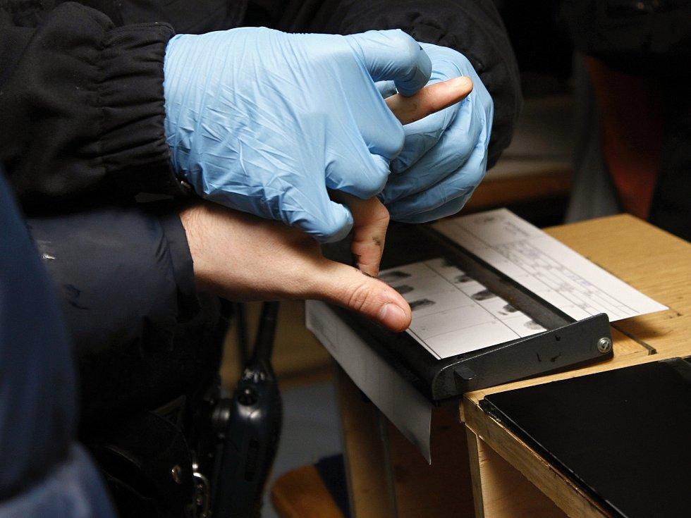 Policisté cvičně prováděli identifikační úkony, například odebírali otisky prstů.