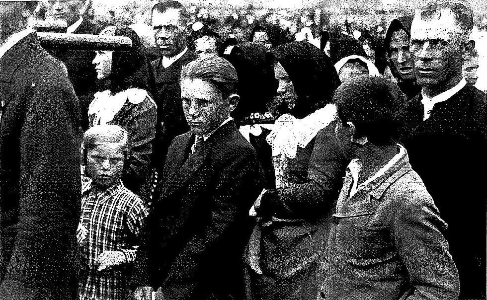 Poslední rozloučení s utonulými dětmi v květnu 1936 v Rakvicích na Břeclavsku po tragédii na řece Dyji.