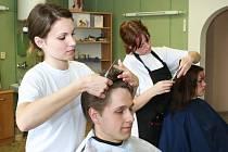 Studenti museli stříhat jak ženy, tak i muže. Pro závěrečné zkoušky si přivedli své modely, mnohdy i z řad rodinných příslušníků.