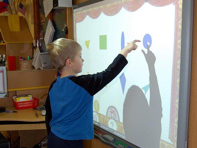 Hustopečská Mateřská škola U Rybiček využívá interaktivní tabuli.