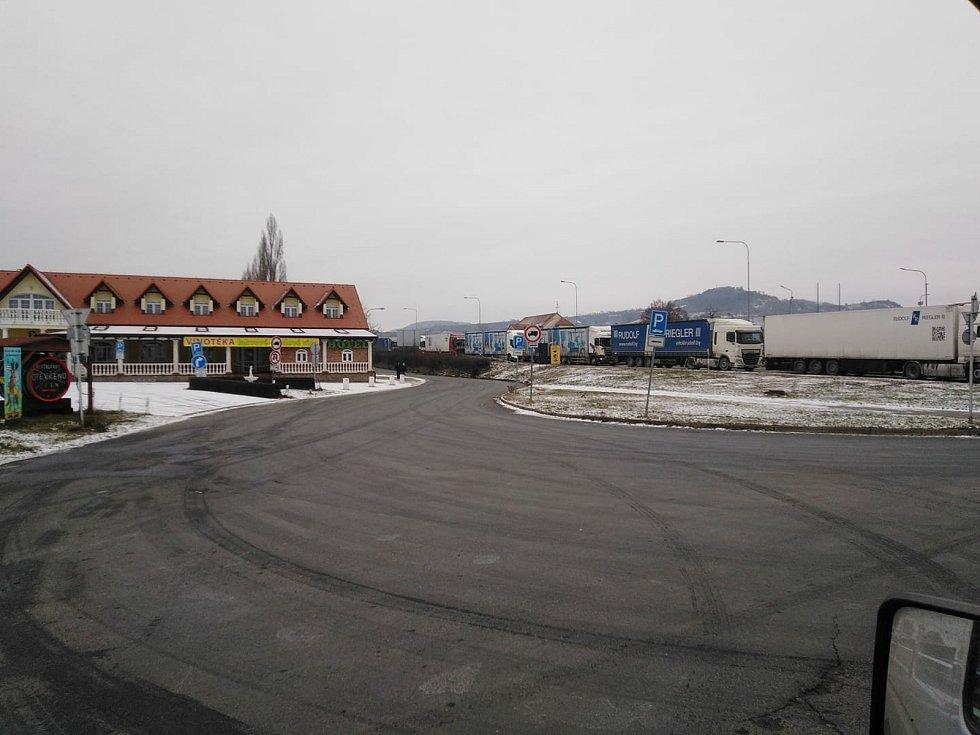 V Mikulově se kvůli kontrolám na rakouských hranicích tvoří kolony.