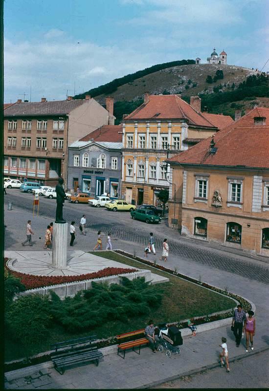 MIKULOV ZA SOCIALISMU. Fotografie mikulovského náměstí pochází z roku 1974. Zobrazuje tehdejší dominantu, sochu prvního socialistického prezidenta Klementa Gottwalda.