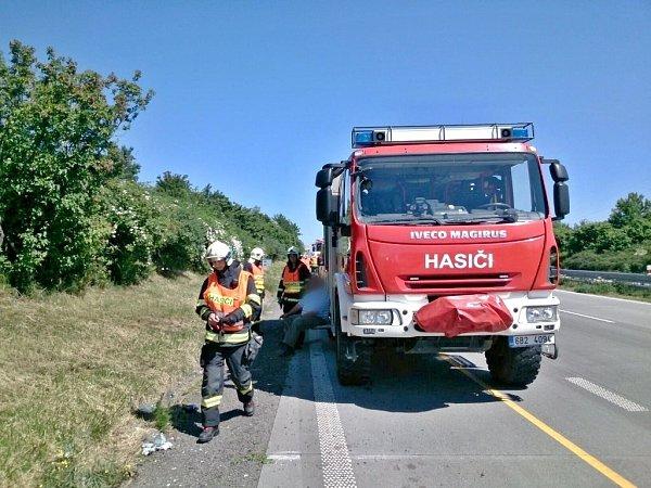 Při páteční nehodě na dálnici uVelkých Němčic se zranil člověk.