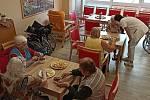 Klienti Domova seniorů v Břeclavi pekli cukroví a ještě si při tom zavzpomínali. FOTO: Archiv pořadatele