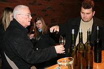 TROCHU JINÁ TOUR. Nepřehlédnutelný emblém na obecním úřadě naváděl, kde si lze koupit skleničku s mapkou. A pak už honem do sklepů za vínem.