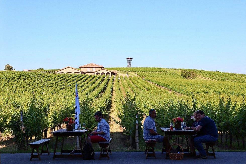 Velkopavlovičtí vinaři společně s městem pořádali v sobotu 4. července 2020 akci nazvanou Víno v oranžovém aneb Noční otevřené sklepy.