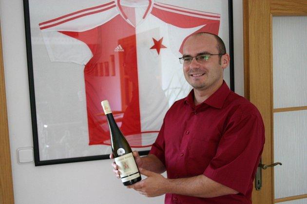 David Šťastný z Vinných sklepů Valtice ukazuje před sešívaným dresem jeden z kousků vzácné edice.