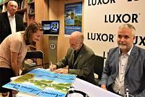 Antonín Vojtek pokřtil v Praze v Paláci Luxor kalendář na rok 2020 pro nadaci Světluška. Křtu se dočkají také příznivci příští týden v Brně.