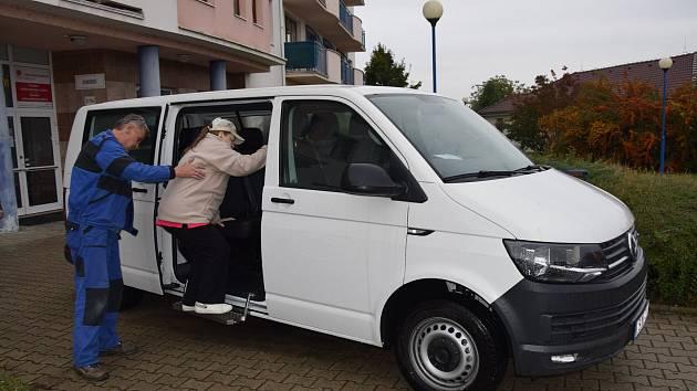 Pro důchodce i zdravotně postižené je nově v Břeclavi k dispozici taxi, které provozuje tamní Domov seniorů.