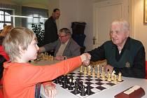 Nejstarším účastníkem šachového Memoriálu Amose Pokorného byl jednadevadesátiletý veterán leteckých bojů o Anglii Emil Boček z Brna. V Hustopečích hrál i partyzán Tichomir Mirkovič nebo o poznání mladší šachisté.