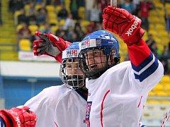 Čeští hokejisté do 18 let (v bílém) dokázali v napínavém utkání zdolat i Finsko.