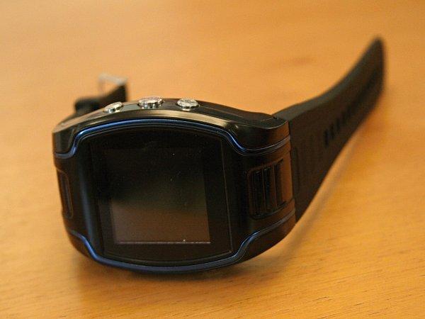 Zařízení podobné hodinkám poslouží vybraným důchodcům vtísni. Přivolají si díky němu pomoc.