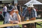 Stovky lidí ochutnávaly různé druhy piva na festivalu v areálu pod břeclavským zámkem.