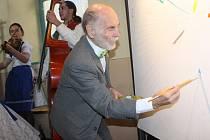 S unikátním projektem kolektivního obrazu na velkém plátně přišel břeclavský malíř Antonín Vojtek. Bude vznikat celý rok a zapojit se do díla může v břeclavské Galerii 99 kdokoliv. Jako první tak učinili všichni nositelé jména Vojtek či Vojtková.