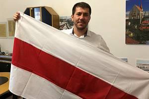 Některé radnice jihomoravských měst a částí podpořily prodemokratizující snahy Běloruska vyvěšením historické vlajky země. Brno.
